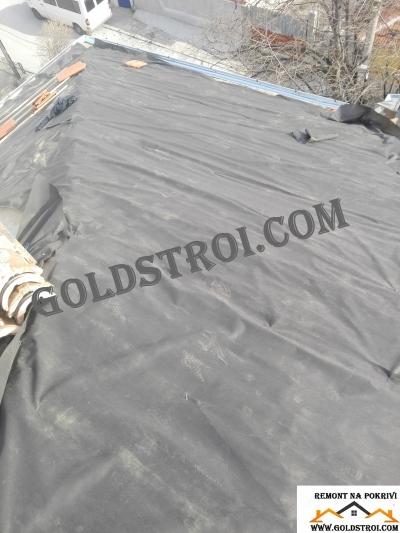 ремонтиран покрив в процес